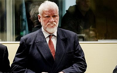 Croatian former general Slobodan Praljak stands prior to the start of his appeal judgement at the International Criminal Tribunal for the former Yugoslavia on November 29, 2017 at the Hague international court, in the court's final verdict for war crimes committed during the break-up of Yugoslavia. AFP / ANP AND POOL / Robin van Lonkhuijsen)