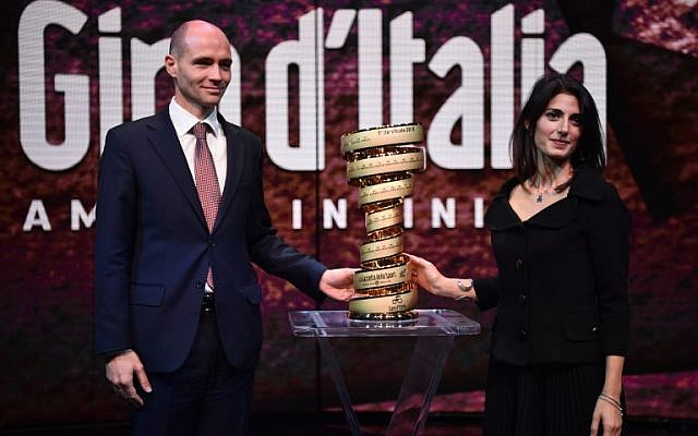 Israel's ambassador in Italy, Ofer Sachs, left, and the Mayor of Rome Virginia Raggi pose with the trophy of the Giro d'Italia during the presentation of the 2018 Tour of Italy (101st Giro d'Italia) cycling race, on November 29, 2017 in Milan.  (AFP/MARCO BERTORELLO)