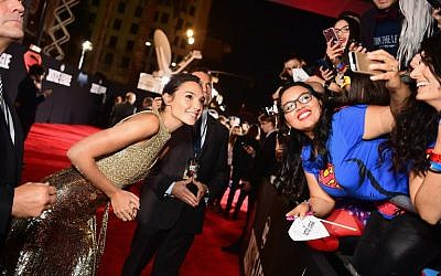 Actor Gal Gadot, left, takes selfies with fans during the premiere of Warner Bros. Pictures' 'Justice League' at Dolby Theatre on November 13, 2017 in Hollywood, California.   (Emma McIntyre/Getty Images/AFP)