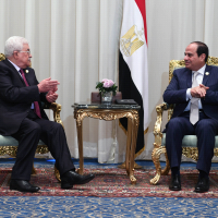 Palestinian Authority President Mahmoud Abbas (left) meets with Egyptian President Abdel-Fattah el-Sissi in Sharm el-Sheikh on November 6, 2017.  (Thaer Ghanaim / Wafa)