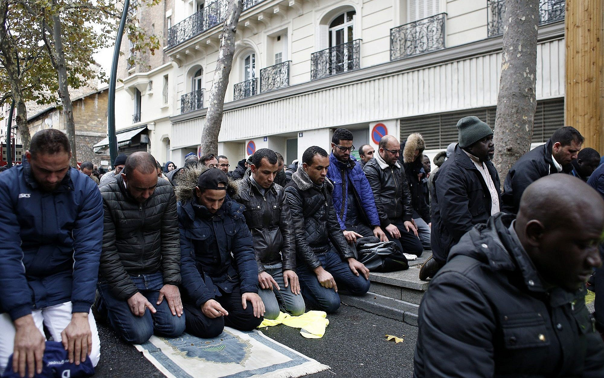Tensions as Paris suburb tries to stop Muslim street prayers | The