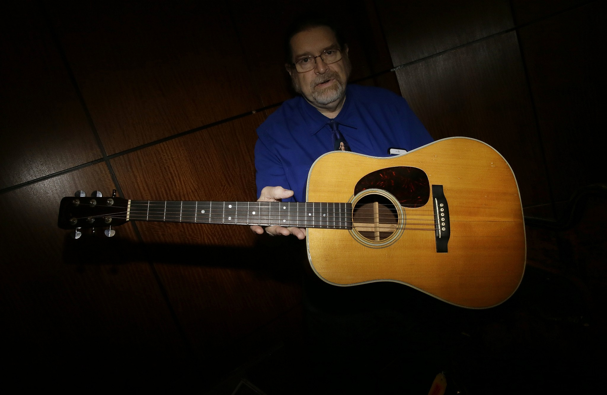 Bob Dylan Guitar Sells For Nearly 400000 The Times Of Israel