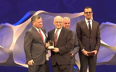 Jordan's King Abdullah II (l) presents achievement awards at the opening of the World Science Forum in Jordan, November 7, 2017. (Screen capture: YouTube)