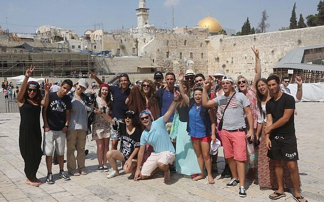 Illustrative: Taglit Birthright participants visit at the Western Wall in the Old City of Jerusalem on August 18, 2014. (Flash90)