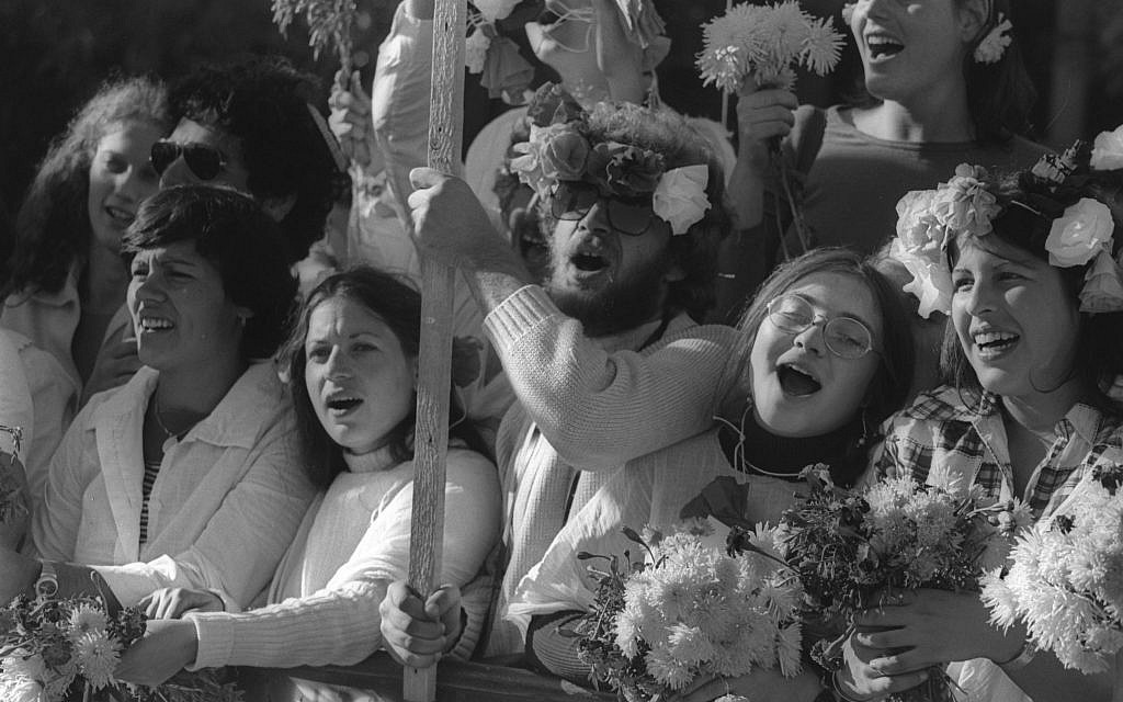 Jerusalem schoolchildren with balloons and flowers cheer Egyptian president Anwar Sadat on November 21, 1977 (Ya'akov Sa'ar/GPO archive)