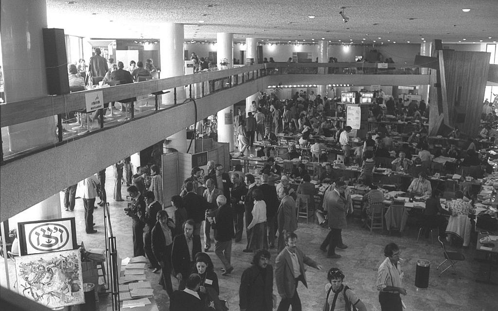 Journalists crowd in the communications center established in the foyer of the Jerusalem theater during Egyptian president Anwar Sadat's visit to Israel in November 1977. (Ya'akov Sa'ar/GPO archive)