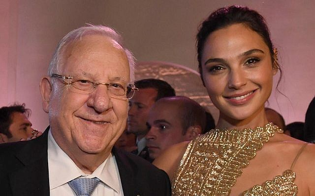 """President Reuven Rivlin meets Israeli actress Gal Gadot at the premiere of """"Justice League,"""" in Los Angeles, on November 13, 2017. (Mark Neyman/GPO)"""