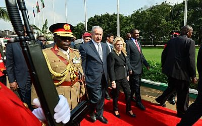 Israeli Prime Minister Benjamin Netanyahu and his wife Sara meet with Kenyan President Uhuru Kenyatta and Kenyatta's wife at the president's house in Nairobi, Kenya, on July 5, 2016. (Kobi Gideon/GPO)
