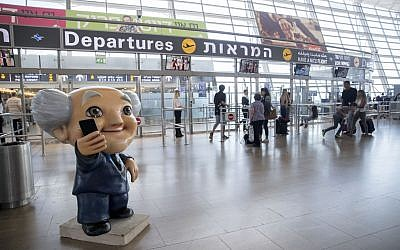 A statue of David Ben Gurion seen at the departure hall of Ben Gurion International Airport on October 5, 2016. (Nati Shohat/Flash90)