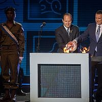 Knesset Speaker Yuli Edelstein, right, and Jerusalem Mayor Nir Barkat, center, light the ceremonial torch during the official state ceremony of Israel's 69th Independence Day at Mount Herzl, Jerusalem, May 1, 2017. (Hadas Parush/Flash90)