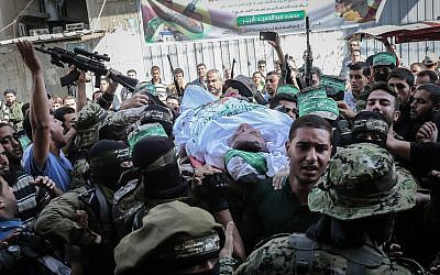 Members of the Hamas terror group's military wing carry the body of 30-year-old Maslih Shabir in Khan Yunis, in the southern Gaza Strip, on October 31, 2017. (Abed Rahim Khatib/Flash90)