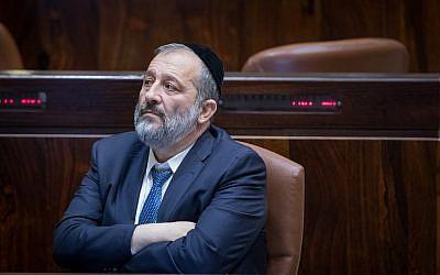 Interior Minister Aryeh Deri in the Knesset, November 1, 2017. (Yonatan Sindel/Flash90)