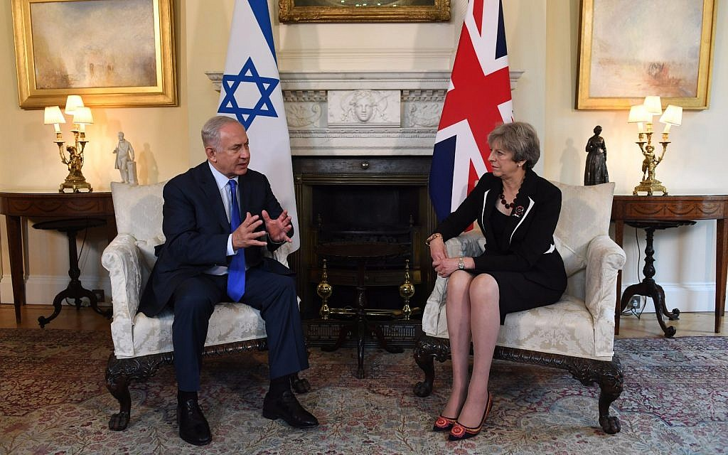 Prime Minister Benjamin Netanyahu meets with British Prime Minister Theresa May in London on November 2, 2017. (Kobi Gideon/GPO)