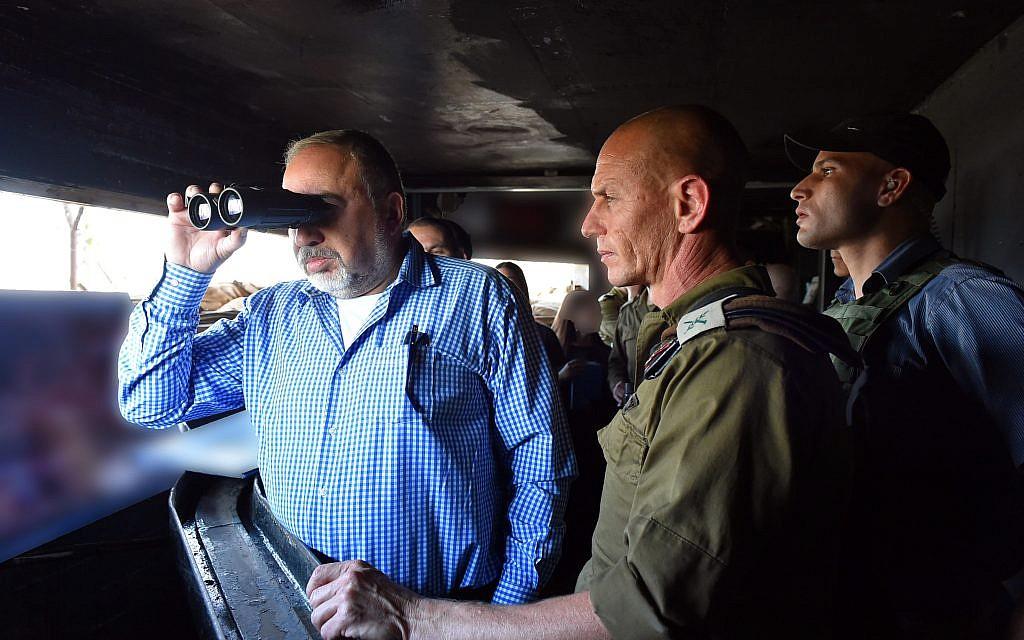 Defense Minister Avigdor Liberman looking through binoculars during a visit to the Israel's northern border, November 14, 2017. Ariel Hermoni/Ministry of Defense)