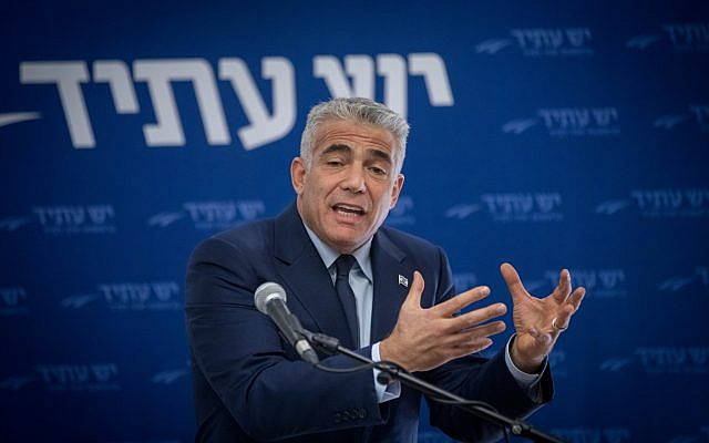Yair Lapid leads a Yesh Atid faction meeting at the Knesset on November 20, 2017. (Yonatan Sindel/Flash90)