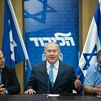 Prime Minister Benjamin Netanyahu, center, leads a Likud faction meeting at the Knesset on November 20, 2017. (Yonatan Sindel/Flash90)