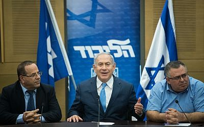 Prime Minister Benjamin Netanyahu, center, leads a Likud faction meeting at the Knesset on November 20, 2017. (Yonatan Sindel/Flash90)