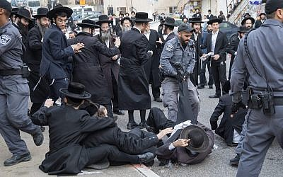 Ultra-Orthodox Jews clash with police during a protest against the enlistment of members of their community to the IDF, next to the army recruiting office in Jerusalem, on November 28, 2017. (Flash90)