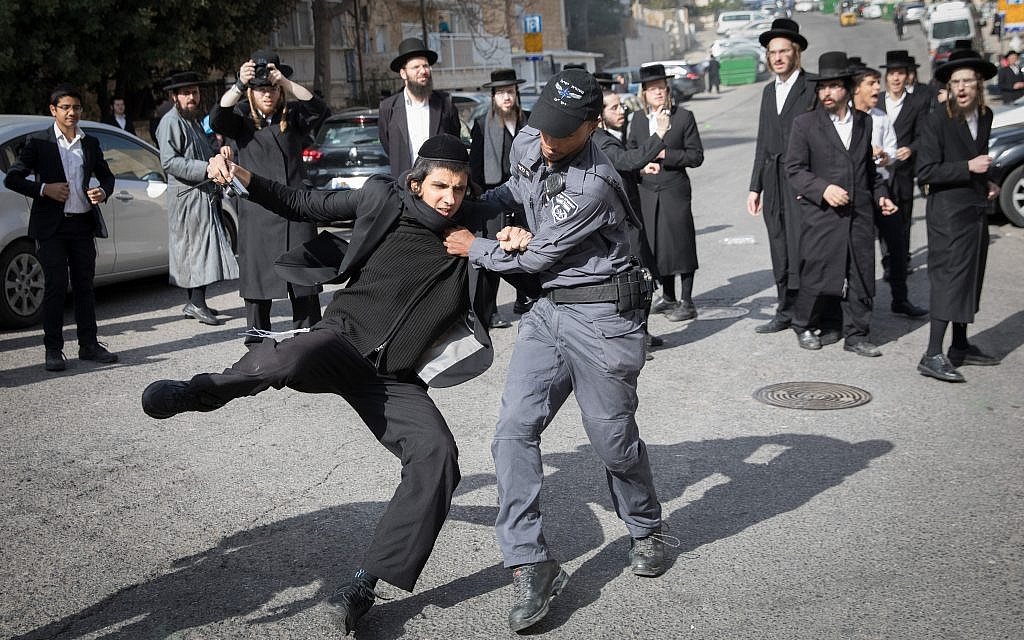 Ultra-Orthodox Jewish men clash with police during a anti-draft protest on November 28, 2017 in Jerusalem. (Flash90)