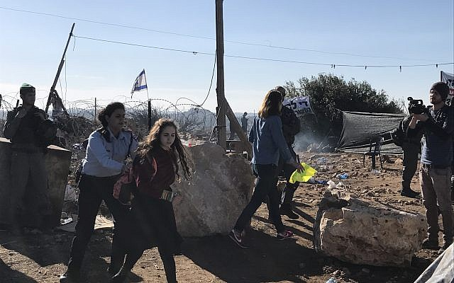 Security forces evacuate Israeli settlers from the illegal Netiv Ha'avot outpost in the West Bank, November 29, 2017 (Jacob Magid/Times of Israel)