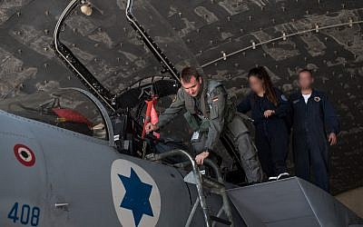 A German pilot gets into an Israeli fighter jet ahead of the international Blue Flag exercise in early November 2017. (Israel Defense Forces)