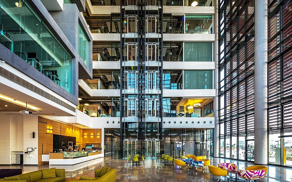 The atrium at the SAP building in Ra'anana, designed by Yashar Architects Ltd. (Courtesy Uri Porat)