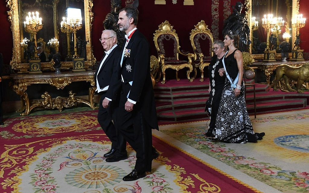 President Reuven Rivlin (lleft) and Spanish King Felipe VI in Madrid, November 6, 2017 (Haim Zach/GPO)
