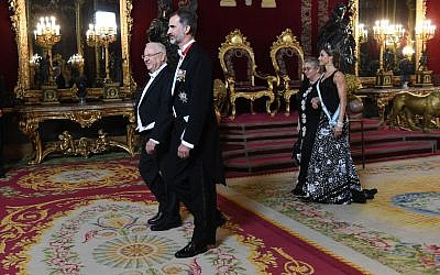 President Reuven Rivlin (lleft) and Spanish King Felipe VI in Madrid, November 6, 2017 (Haim Zach/GPO)