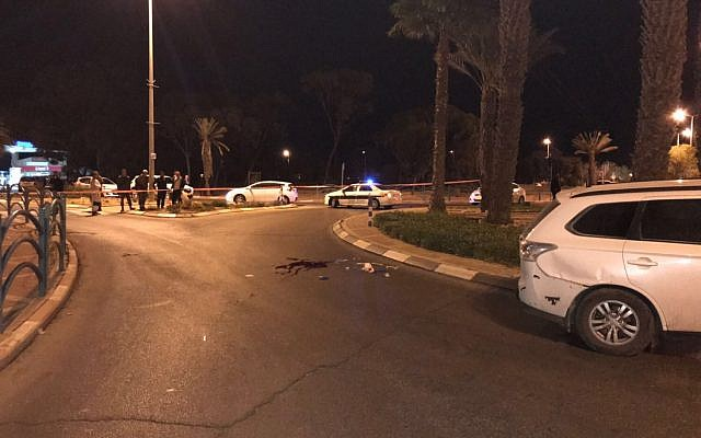 Police units respond to an apparent terror attack in the southern city of Arad on November 30, 2017. (Israel Police)