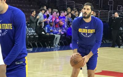 Israel NBA star Omri Casspi in pre-game warmups against the Philadelphia 76ers, November 18, 2017. (Jon Marks/Times of Israel)