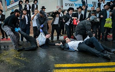 Ultra-Orthodox Jewish men clash with police during a protest against the army draft at a main road in Bnei Brak on November 20, 2017.  Yossi Zeliger/Flash90