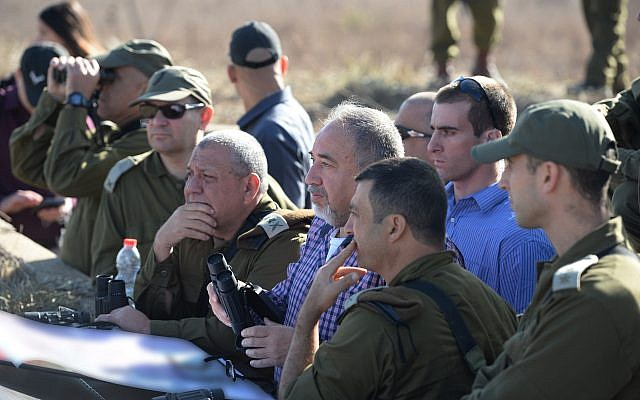 Defense Minister Avigdor Liberman, center, meets with Brig. Gen. Yaniv Assur, who commands the division responsible for the Golan Heights, right, and IDF Chief of Staff Gadi Eisenkot, left, during a tour of northern Israel on November 15, 2017. (Ariel Hermoni/Defense Ministry)
