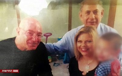 Arnon Milchan and the Netanyahus pose with one of Milchan's children in a family setting. (Hadashot news screenshot, November 16, 2017)
