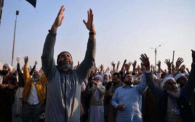 Pakistani protesters from the Tehreek-i-Labaik Yah Rasool Allah Pakistan (TLYRAP) religious group shout religious slogans during a protest in Islamabad on November 26, 2017. (AFP PHOTO / AAMIR QURESHI)