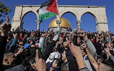 Palestinian Muslim worshipers shout slogans during Friday prayer in front of the Dome of the Rock near the Al-Aqsa mosque compound in the Jerusalem's Old City on December 8, 2017. (AFP PHOTO / Ahmad GHARABLI)