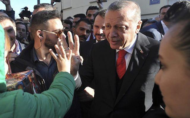 Turkey's President Recep Tayyip Erdogan (R) greets members of the Muslim community during his visit to Komotini, northeast Greece, on December 8, 2017. (AFP/str)