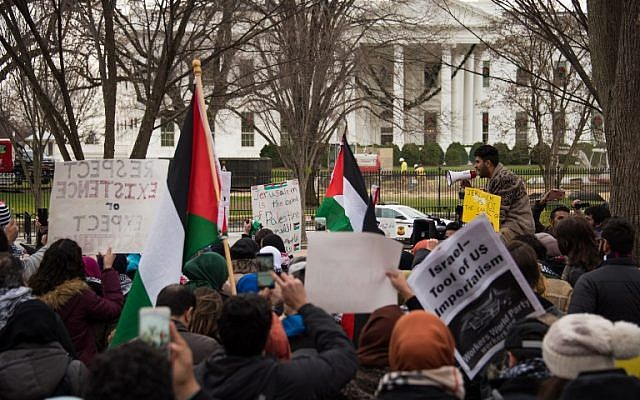 Muslim worshippers listen to a speaker in front of the White House on December 8, 2017 in Washington, DC, at a protest over US President Donald Trump's declaration of Jerusalem as Israel's capital. (AFP PHOTO / mari matsuri)