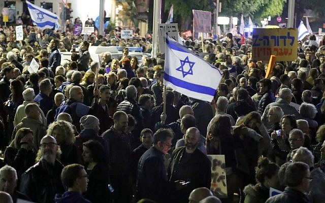 """Israelis take part in a demonstration under the name """"March of Shame"""" to protest against government corruption and Prime Minister Benjamin Netanyahu on December 9, 2017 in Tel Aviv. (AFP PHOTO / JACK GUEZ)"""