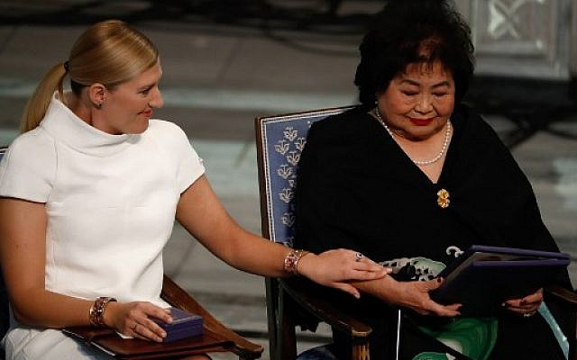 Beatrice Fihn (L), leader of ICAN (International Campaign to Abolish Nuclear Weapons), and Hiroshima nuclear bombing survivor Setsuko Thurlow after accepting the 2017 Nobel Peace Prize during the award ceremony of the 2017 Nobel Peace Prize at the city hall in Oslo, Norway, on December 10, 2017. (AFP PHOTO/Odd ANDERSEN)