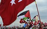 Pro-palestinians protesters chant slogans against US and Israel as they wave Turkish and Palestinians' flags on December 10, 2017 during a demonstration in Istanbul. (AFP PHOTO / YASIN AKGUL)