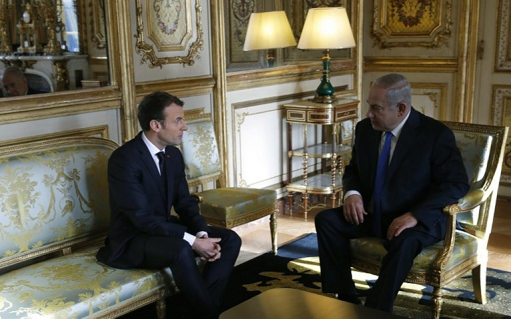 French President Emmanuel Macron (L) speaks with Israel Prime Minister Benjamin Netanyahu ahead of a meeting at The Elysee Palace in Paris on December 10, 2017. (AFP PHOTO / POOL / PHILIPPE WOJAZER)