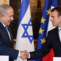 Prime Minister Benjamin Netanyahu (L) and French President Emmanuel Macron shake hands during a joint news conference following their meeting at the Elysee Palace in Paris on December 10, 2017. (AFP/Pool/Philippe Wojazer)