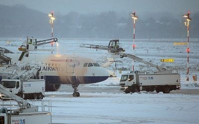 A British Airways airplane being de-iced on the tarmac of the airport in Duesseldorf, Germany, on December 10, 2017. (AFP Photo/dpa/David Young/ Germany OUT)