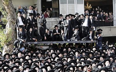 People attend the funeral of top spiritual authority for ultra-Orthodox Jews in Israel and around the world, Rabbi Aaron Yehuda Leib Shteinman, in the central Israeli city of Bnei Brak on December 12, 2017.(AFP PHOTO / Menahem KAHANA)