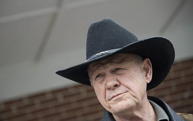Republican Senatorial candidate Roy Moore speaks to the media after arriving at a polling station in Gallant, Alabama, on December 12, 2017. (AFP PHOTO / JIM WATSON)