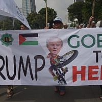 Indonesians take part in a protest against US President Donald Trump's recent decision to recognize Jerusalem as Israel's capital, outside the US embassy in Jakarta, on December 17, 2017. (AFP Photo/Adek Berry)