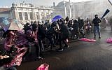 Protesters try to break through police barricades during their protest against the new Austrian government near the presidential palace in Vienna, Austria, December 18, 2017. (JOE KLAMAR/AFP)