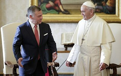 Pope Francis (R) speaks with Jordan's King Abdullah II during a private meeting at the Vatican, on December 19, 2017. (AFP PHOTO / POOL / MAX ROSSI)