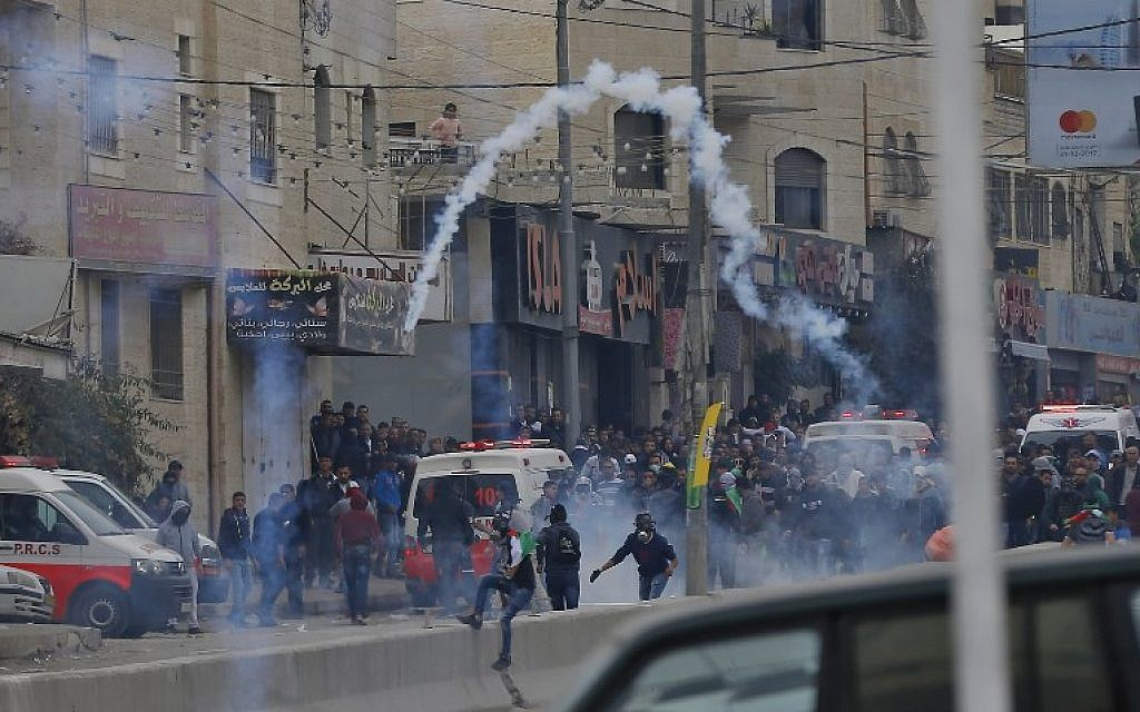 Palestinian protesters clash with Israeli forces near the Qalandiya checkpoint in the  West Bank on December 20, 2017 as protests continue following the US president's recognition of Jerusalem as Israel's capital. (AFP PHOTO / ABBAS MOMANI)