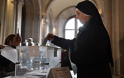 A nun casts her ballot for the Catalan regional election at a polling station in Barcelona on December 21, 2017. (AFP Photo/Javier Soriano)
